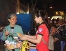SV Huế tặng 300 hoa hồng 8/3 và bánh mỳ tới phụ nữ nghèo
