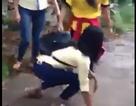 2 nữ sinh lao vào đánh tới tấp bạn ở giữa đường