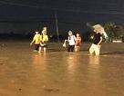 Hàng trăm người gian nan vượt nước lũ trên quốc lộ