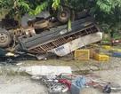 Xe tải mất lái lộn vòng trên đường, 3 học sinh thương vong