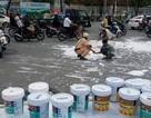 Cảnh sát giao thông giúp tài xế hốt 20 thùng sơn