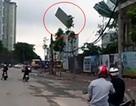 Hà Nội: Đứng tim vì tấm tôn lớn treo trên cẩu văng giữa trời