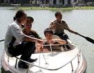 Nam thanh niên kêu nắng nóng, bơi ra Tháp Rùa cho… mát