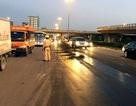 """Hà Nội: Hàng km đường bóng nhẫy dầu, CSGT làm """"cọc tiêu"""" phân làn"""