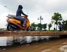 Hai ngày sau trận mưa ngập nặng, người dân Thủ đô vẫn phải... bắc cầu