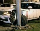 """Xe Range Rover """"rụng"""" bánh sau tai nạn lúc nửa đêm"""