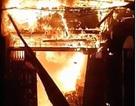 """""""Phố gỗ"""" Đê La Thành nháo nhào vì đám cháy lớn"""