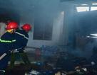 Ba đứa trẻ ôm nhau khóc thét trong ngôi nhà cháy khóa trái cửa