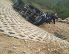 Gần 3 tiếng giải cứu tài xế kẹt trong cabin chiếc xe bị lật
