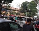 Phụ huynh phớt lờ quy định cấm gây ùn tắc trước cổng trường