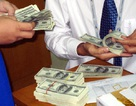 """Giá USD """"chợ đen"""" lao dốc, ngân hàng tăng"""