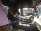 Tài xế đỗ xe container giữa đường để… nằm ngủ