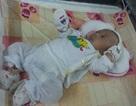 Bé sơ sinh nằm dưới hố đất được đưa vào trung tâm trẻ mồ côi