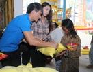Thuỷ Tiên – Công Vinh về quê làm từ thiện