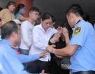 Mẹ Wanbi Tuấn Anh ngất xỉu trong đám tang con trai