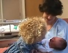 Xem chị bé dịu dàng dỗ em mới sinh