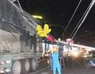 Xe container phá tan giàn đèn trang trí Tết