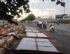 Hàng rào công trình đổ sập, người đi đường khiếp vía