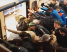 Hành khách hợp sức xô nghiêng toa tàu để cứu người mắc kẹt