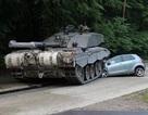 Xe tăng của Anh gây tai nạn với... xe tập lái ở Đức