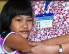 Có nên trao quyền nuôi dưỡng bé gái bị cắt gân cho mẹ ruột?