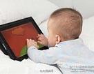 Bé 2 tuổi cận thị nặng vì chơi máy tính bảng