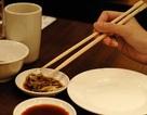 Sử dụng đũa như thế nào để ít vi khuẩn nhất?
