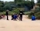 """Cảnh sát cơ động bị """"tố"""" đánh, bắt người vi phạm quỳ xuống đường"""