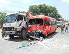 Hàng chục hành khách thót tim vì xe tải 15 tấn đột ngột quay đầu