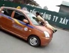 Thêm một vụ cảnh sát giao thông bị hất lên nóc capo xe taxi