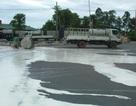 Xe tải tông nhau, mủ cao su chảy lênh láng khắp đường