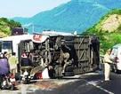 Xe khách lật trên đèo, 13 người nước ngoài bị thương