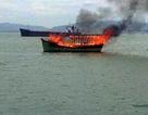 Tàu cứu hộ bốc cháy đùng đùng khi đang neo đậu