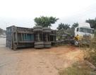 Xe container chở gốm sứ lật nhào giữa đường