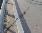 """Vết nứt lớn """"xé"""" ngang mặt đường dẫn cầu vượt trên đại lộ Đông Tây"""