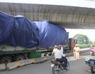Xe đầu kéo kẹt cứng dưới gầm cầu