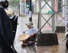 Hành xác trẻ em dưới trời mưa!