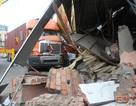 Xe container lao vào nhà dân, 10 người suýt mất mạng
