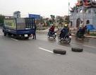 Xe tải văng hai bánh ra đường khi đang lưu thông
