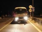 Vượt đèn đỏ, bị xe khách cuốn vào gầm kéo lê hơn 30 mét