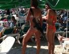 Nữ binh sỹ Isarel mặc bikini khoác súng trường trên bãi biển
