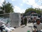 Hai xe tải tông nhau, lật ngửa ra đường