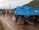 Người dân lập gác chắn vì xe quá tải cày nát đường