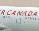 Máy bay Canada va vào cột điện cao thế, văng khỏi đường băng