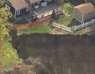 """[Video] Hai ngôi nhà tại Mỹ suýt bị """"hố tử thần"""" nuốt chửng"""