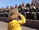 [Video] Cảm động em bé chào các đoàn duyệt binh ở Quảng trường Đỏ