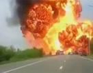 [Video] Xe bồn chở hóa chất bốc cháy dữ dội như trúng bom