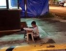 Xúc động cậu bé vô gia cư học bài dưới ánh đèn hắt từ nhà hàng