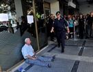 Hy Lạp: Ông lão khóc nức nở vì không rút được lương hưu
