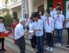 Viện sĩ Nguyễn Văn Hiệu trao quà đến học sinh nghèo học giỏi